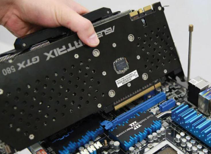 Установка видеокарты в PCI Express разъем